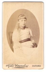 Fotografie Hills & Saunders, Oxford, junges Mädchen in weissem Kleid mit Fotoalbum
