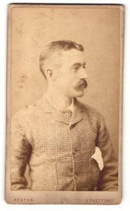 Fotografie Reston, Stretford, Mann mit Schnauzbart in kariertem Anzug