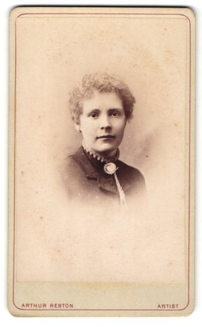 Fotografie Arthur Reston, Stretford, Dame mit Brosche an Kragen 0