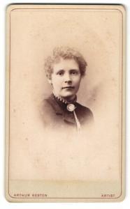 Fotografie Arthur Reston, Stretford, Dame mit Brosche an Kragen
