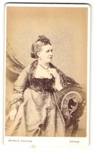 Fotografie Arthur Reston, Stretford, Dame in Abendkleid auf Sofa