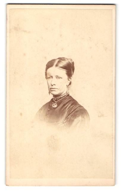 Fotografie Hills & Saunders, Oxford, Frau mit Dutt und Halskette mit Amulett 0