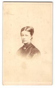 Fotografie Hills & Saunders, Oxford, Frau mit Dutt und Halskette mit Amulett