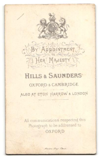 Fotografie Hills & Saunders, Oxford, Frau im Kleid auf Stuhllehne gestützt 1