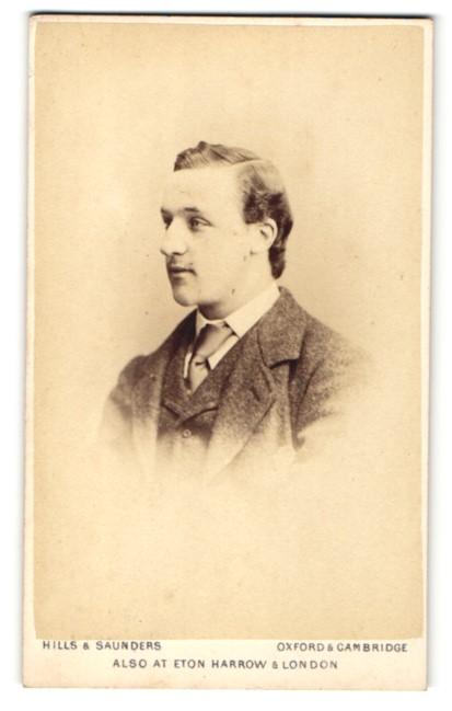 Fotografie Hills & Saunders, Oxford, Mann im Anzug mit Binder 0
