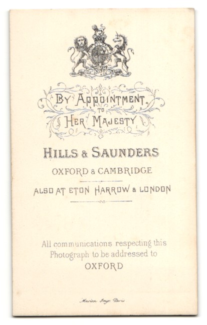 Fotografie Hills & Saunders, Oxford, Mann im Anzug mit Binder 1