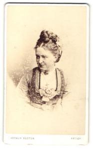 Fotografie Arthur Reston, London, Frau mit hochgeflochtenen Haaren und Kreuz an Halskette