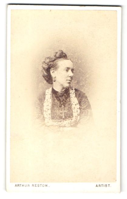 Fotografie Arthur Reston, Stretford, Frau mit geflochtenen Haaren und Kreuz an der Halskette 0