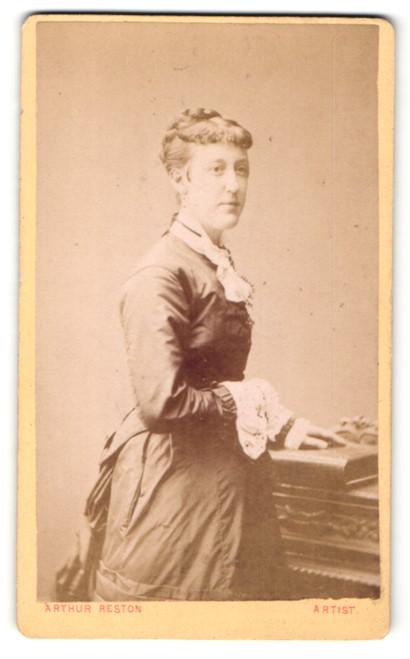 Fotografie Arthur Reston, Stretford, Frau im Kleid mit Hand auf Buch 0
