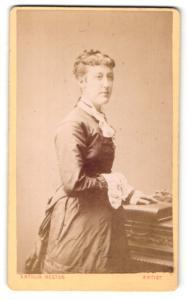 Fotografie Arthur Reston, Stretford, Frau im Kleid mit Hand auf Buch
