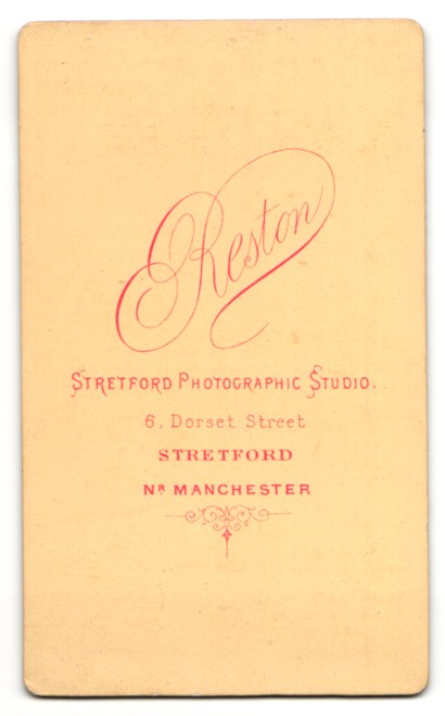 Fotografie Arthur Reston, Stretford, Frau im Kleid mit Hand auf Buch 1