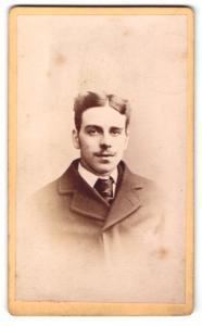 Fotografie Arthur Reston, Stretford, Mann im Mantel mit Binder und ausgeprägtem Mittelscheitel