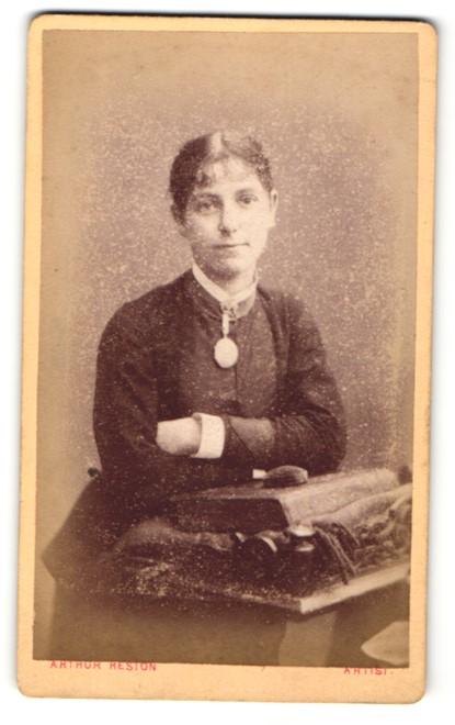 Fotografie Arthur Reston, Stretford, Frau im Kleid sitzend mit verschränkten Armen 0