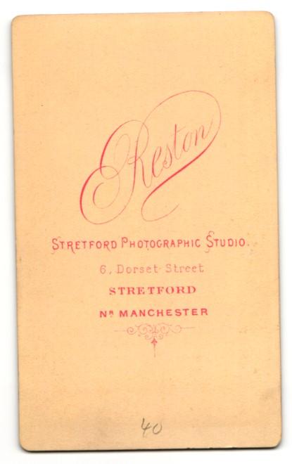 Fotografie Arthur Reston, Stretford, Frau im Kleid sitzend mit verschränkten Armen 1