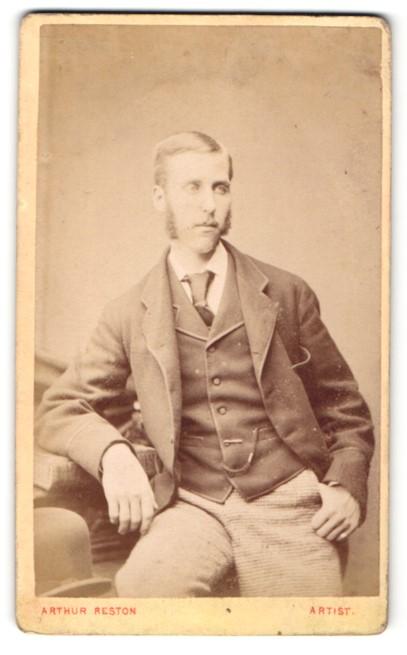 Fotografie Arthur Reston, Stretford, Mann im Anzug sitzend mit Kotletten 0