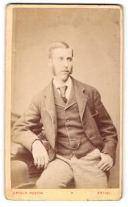 Fotografie Arthur Reston, Stretford, Mann im Anzug sitzend mit Kotletten