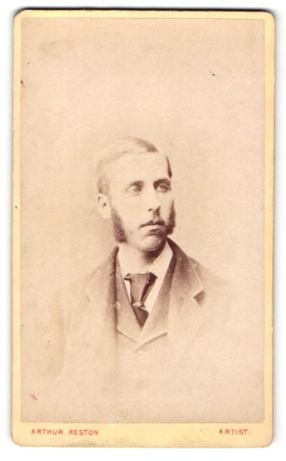 Fotografie Arthur Reston, Stretford, Mann im Anzug mit Binder Kotletten 0