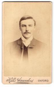 Fotografie Hills & Saunders, Oxford, Mann im Jacket mit hellem Binder