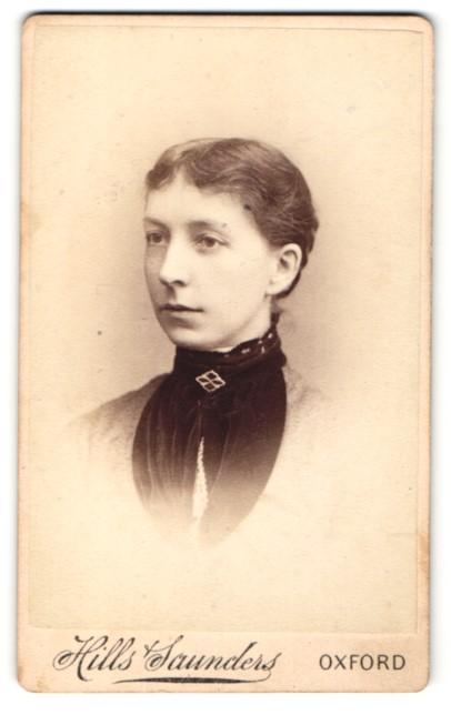 Fotografie Hills & Saunders, Oxford, Frau nach hinten gebundenen Haaren und Brosche am Kragen 0