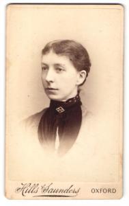 Fotografie Hills & Saunders, Oxford, Frau nach hinten gebundenen Haaren und Brosche am Kragen