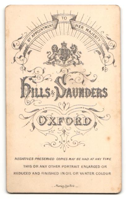 Fotografie Hills & Saunders, Oxford, Frau nach hinten gebundenen Haaren und Brosche am Kragen 1