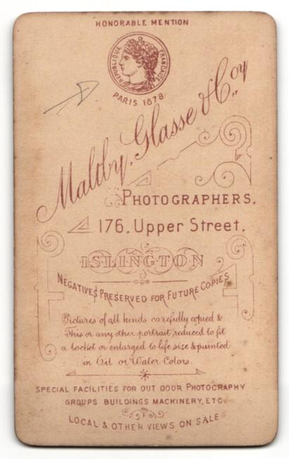 Fotografie Magly Glasse, Islington, Mann im Anzug stehend mit Fliege und den Armen hinter dem Rücken 1