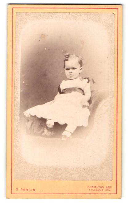 Fotografie G. Parkin, Brampton, Kleinkind im Kleidchen auf Sessel sitzend 0