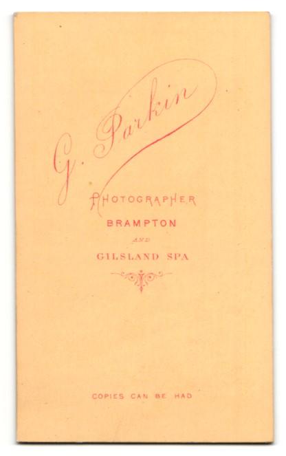 Fotografie G. Parkin, Brampton, Kleinkind im Kleidchen auf Sessel sitzend 1