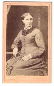 Fotografie G. Parkin, Brampton, Dame im Kleid sitzend mit Brosche am Kragen