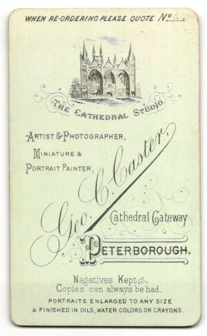 Fotografie Geo. C. Caster, Peterborough, Mann stehend im Anzug mit Hut und an Pfeiler gestützt 1
