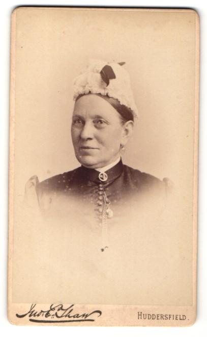 Fotografie E. Tham, Huddersfield, Dame mit Brosche am Kragen und Haube auf dem Kopf 0