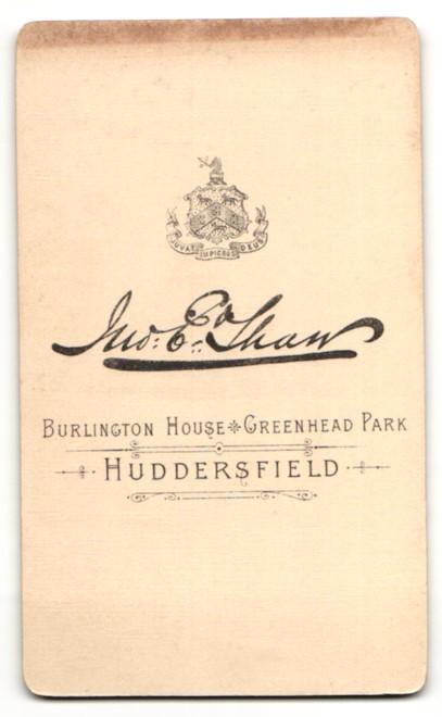 Fotografie E. Tham, Huddersfield, Dame mit Brosche am Kragen und Haube auf dem Kopf 1