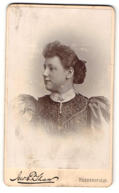 Fotografie E. Tham, Huddersfield, Frau im Kleid mit Puffärmeln und Dutt 0