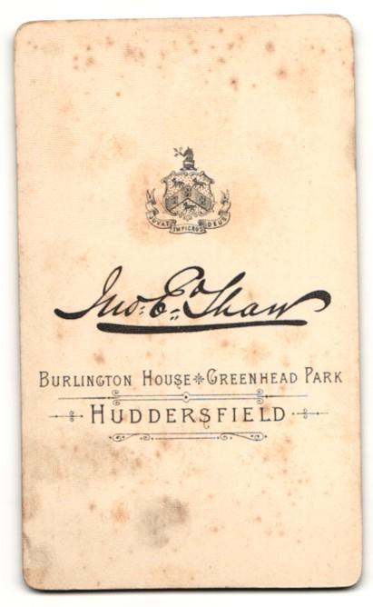 Fotografie E. Tham, Huddersfield, Frau im Kleid mit Puffärmeln und Dutt 1