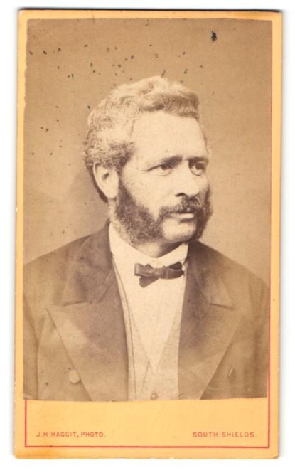 Fotografie J. H. Haggit, South Shields, Mann im Anzug mit schmaler Fliege und Backenbart 0