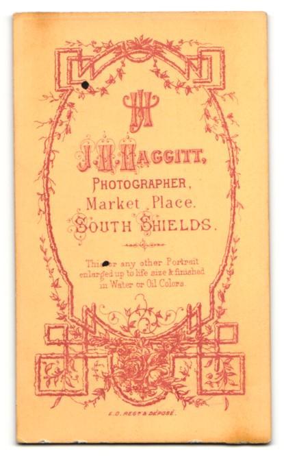 Fotografie J. H. Haggit, South Shields, Mann im Anzug mit schmaler Fliege und Backenbart 1