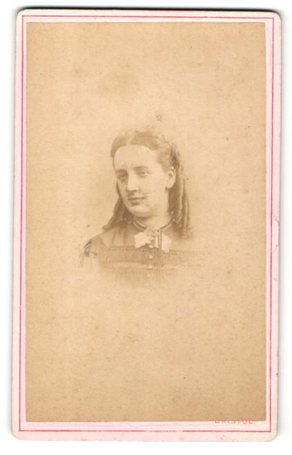 Fotografie Phillips, Miles & Co., Bristol, Mädchen mit eingedrehten Haaren und Halsband 0