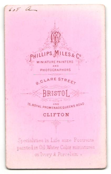 Fotografie Phillips, Miles & Co., Bristol, Mädchen mit eingedrehten Haaren und Halsband 1