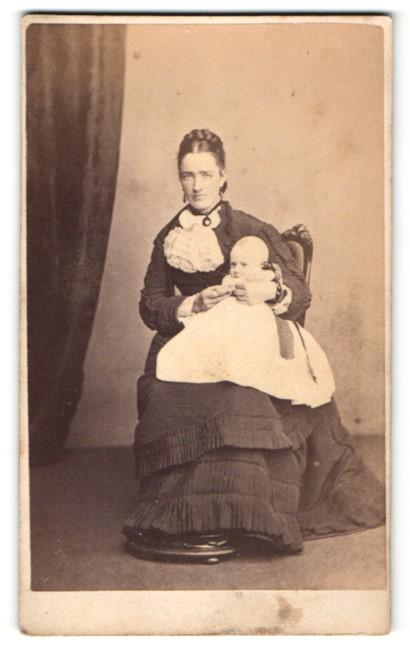 Fotografie J. Ballantine, Cumnock, junge Frau im Kleid sitzend mit Baby auf dem Schoss 0