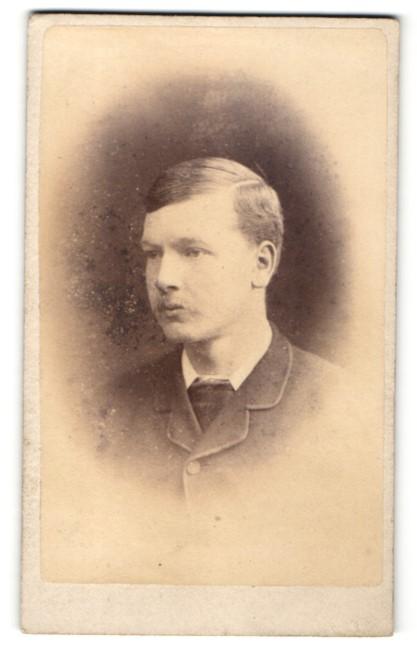 Fotografie J. Ballantine, Cumnock, junger Mann im Mantel mit leichtem Oberlippenbart und Seitenscheitel 0