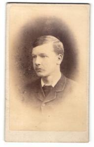 Fotografie J. Ballantine, Cumnock, junger Mann im Mantel mit leichtem Oberlippenbart und Seitenscheitel