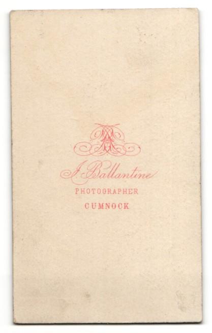 Fotografie J. Ballantine, Cumnock, junger Mann im Mantel mit leichtem Oberlippenbart und Seitenscheitel 1