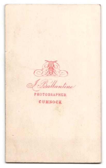 Fotografie J. Ballantine, Cumnock, Mann im Anzug sitzend mit krausem Vollbart 1