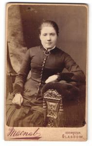 Fotografie Macnab, Glasgow, junge Frau im Kleid sitzend auf Sessel