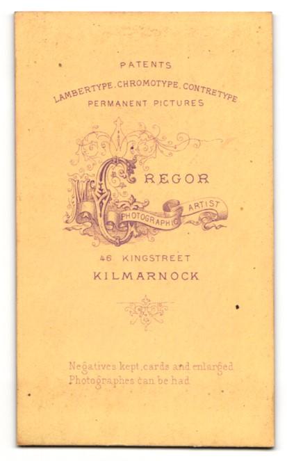 Fotografie Mc Gregor, Kilmarnock, Junge im Anzug mit Schleife am Hals auf Tisch sitzend 1