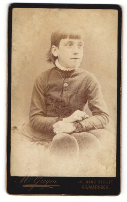 Fotografie Mc Gregor, Kilmarnock, Kind mit Halskette und Amulett und strengem Pony 0