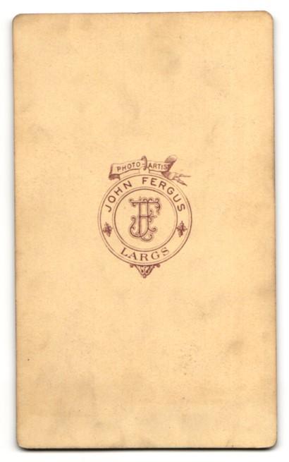 Fotografie John Fergus, Largs, Mann im Mantel miz schmalem Binder und Halbglatze 1