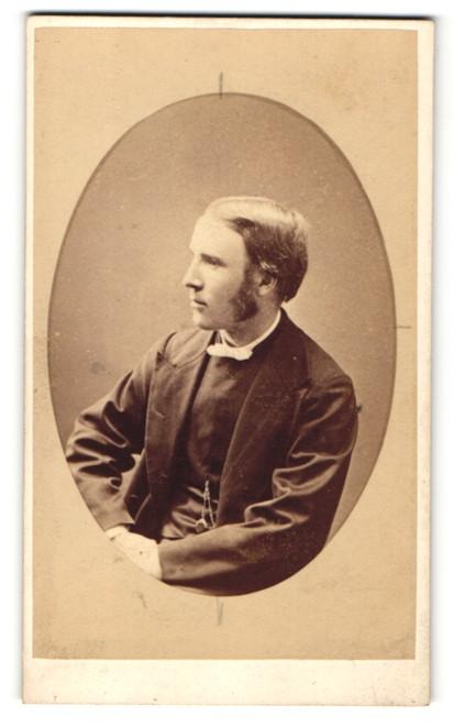 Fotografie J. Henderson, Perth, Mann sitzend mit breiten Kotletten 0