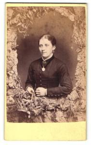 Fotografie Andrew Hodge, Stirling, Frau im Kleid mit Halsband und Amulett daran