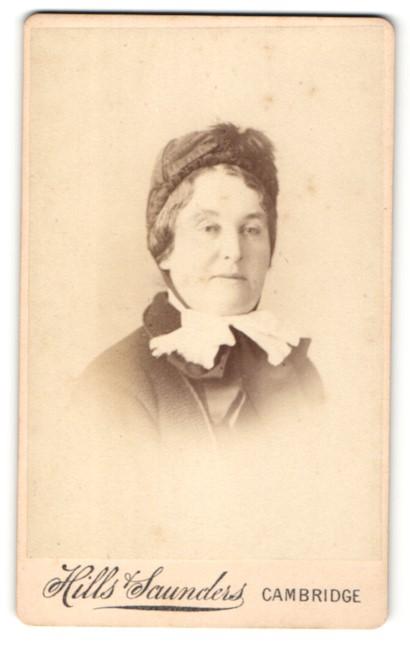 Fotografie Hills Saunders, Cambridge, alte Dame mit Halstuch und Kopfbedeckung 0